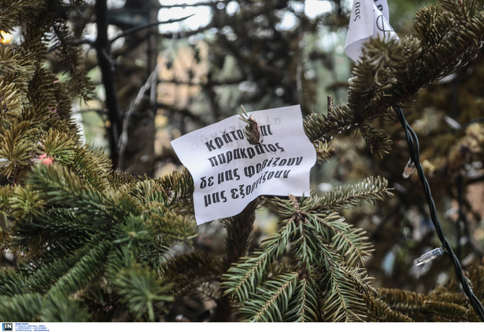 Εξάρχεια: Αφού έκαψαν το δέντρο, στόλισαν την πλατεία...με τον τρόπο τους - εικόνα 7