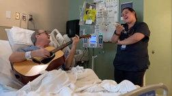 Νοσοκόμα και καρκινοπαθής τραγουδούν το «Αγια Νύχτα» [βίντεο]