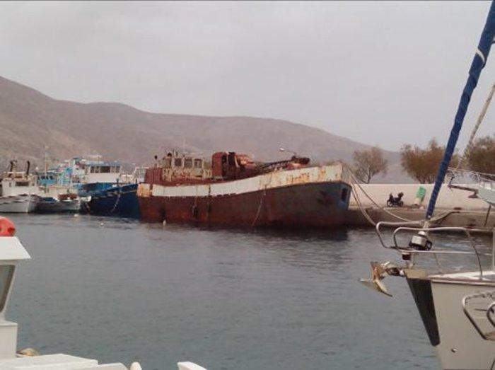 Βυθίστηκε φορτηγό πλοίο στο λιμάνι της Καλύμνου [εικόνες & βίντεο] - εικόνα 2