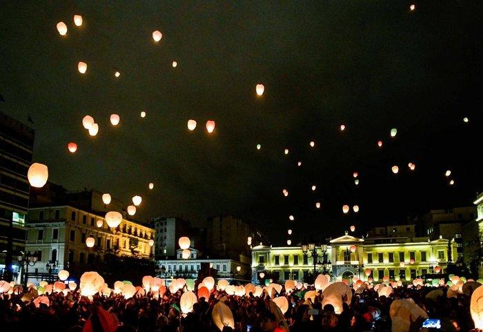 Η Αθήνα πλημμύρισε με τη χριστουγεννιάτικη «νύχτα των ευχών» - εικόνα 6