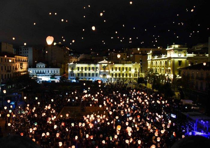 Η Αθήνα πλημμύρισε με τη χριστουγεννιάτικη «νύχτα των ευχών» - εικόνα 2