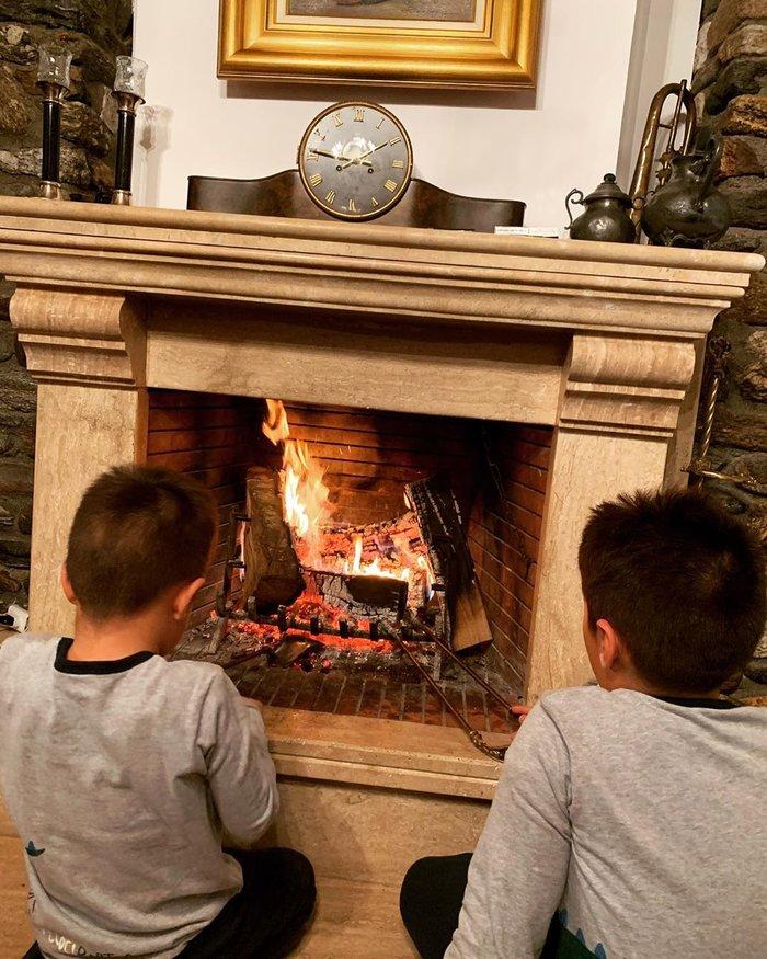 Χριστούγεννα στις Σέρρες για τη Φαίη Σκορδά με τους γιους της [εικόνα]