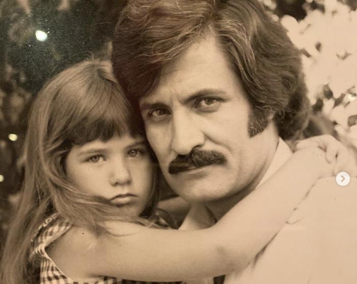 Η Τζένιφερ Ανιστον σε σπάνια φωτογραφία με τον πατέρα της [εικόνα]