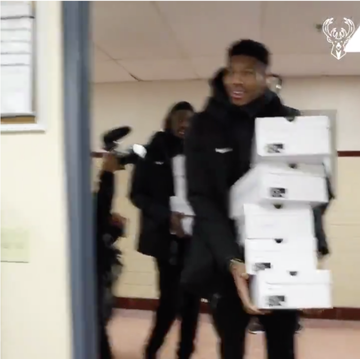 Αντετοκούνμπο: Δώρισαν παπούτσια σε κρατούμενους φυλακών [video]