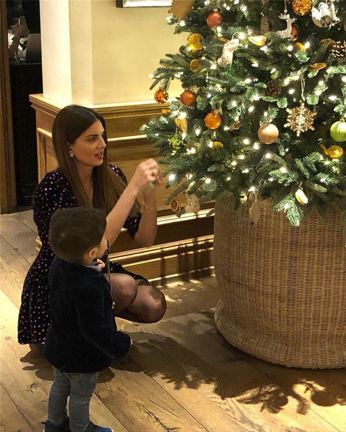Σταματίνα Τσιμτσιλή: Χριστουγεννιάτικη πόζα με τον γιο της
