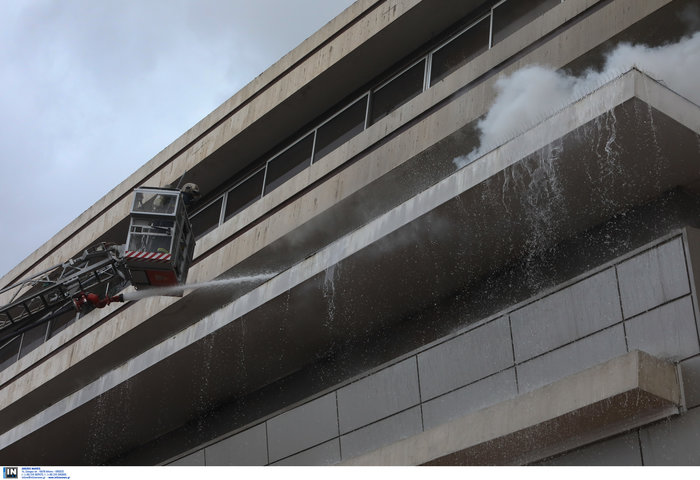 Φωτιά σε κτίριο που στεγάζεται πολυκατάστημα στη Μεσογείων - Φωτο - εικόνα 8
