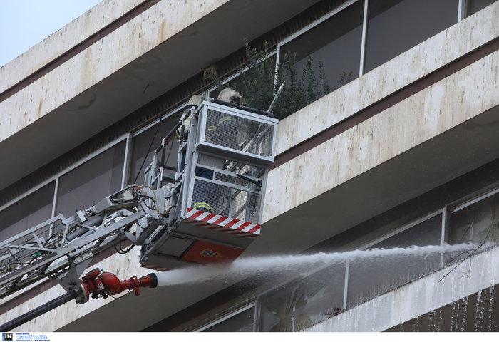 Φωτιά σε κτίριο που στεγάζεται πολυκατάστημα στη Μεσογείων - Φωτο