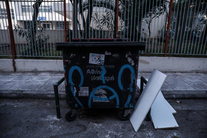 Βίντεο σοκ στα Πετράλωνα: Ο 21χρονος πετάει τη σακούλα στα σκουπίδια