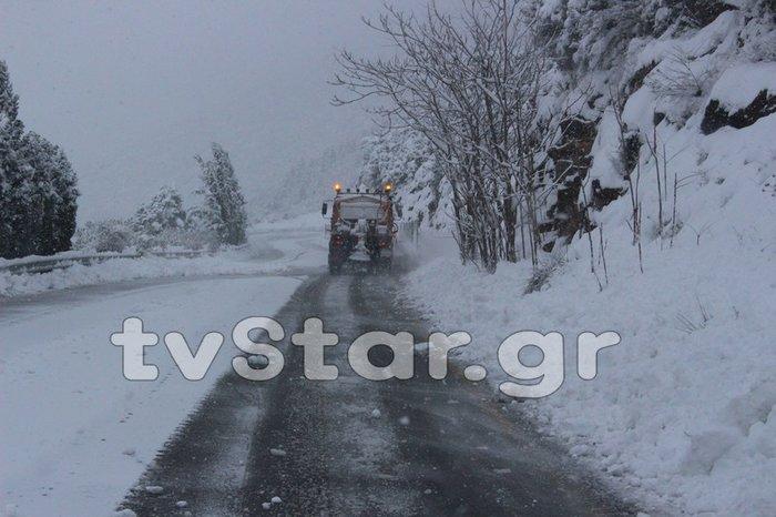 «Σαρώνει» η Ζηνοβία: Χιόνια, διακοπές ρεύματος, κλειστοί δρόμοι [εικόνες] - εικόνα 4