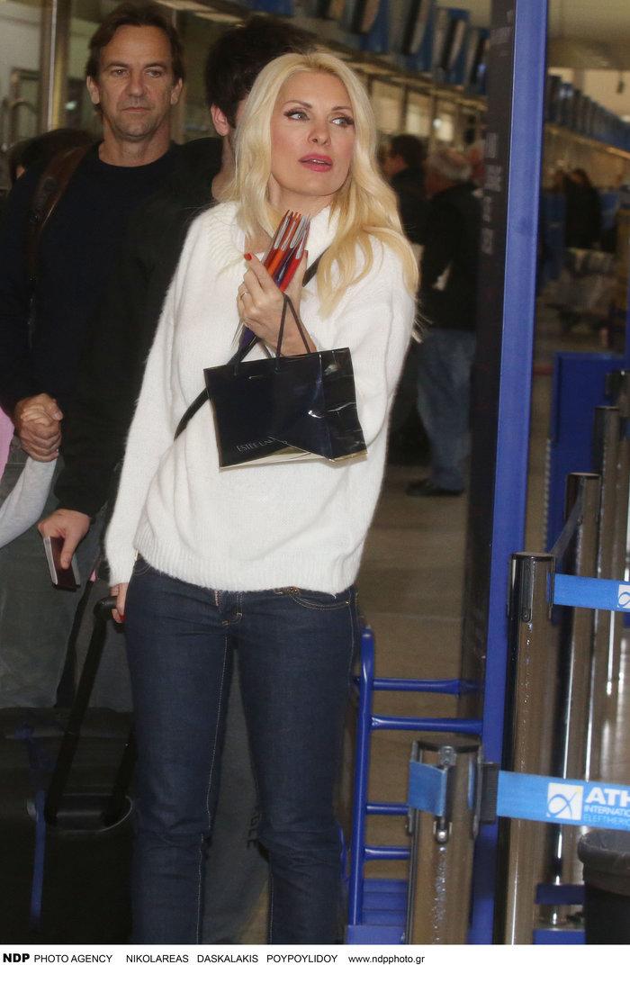 Έλένη Μενεγάκη: Στο αεροδρόμιο λίγο πριν «πετάξει» για εξωτικό προορισμό - εικόνα 8