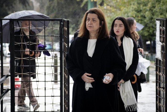 Θάνος Μικρούτσικος: Συντετριμμένη η σύζυγός του -λαϊκό προσκύνημα [εικόνες]