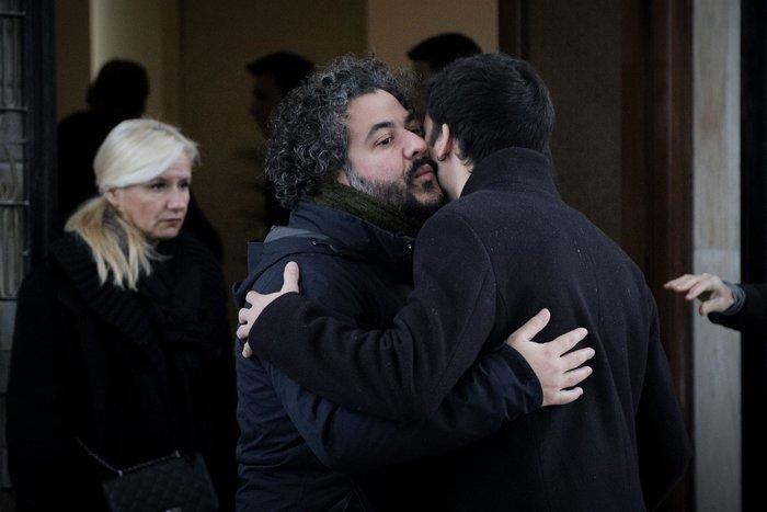 Θάνος Μικρούτσικος: Συντετριμμένη η σύζυγός του -λαϊκό προσκύνημα [εικόνες] - εικόνα 2