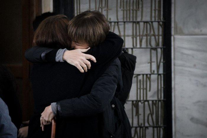 Θάνος Μικρούτσικος: Συντετριμμένη η σύζυγός του -λαϊκό προσκύνημα [εικόνες] - εικόνα 3
