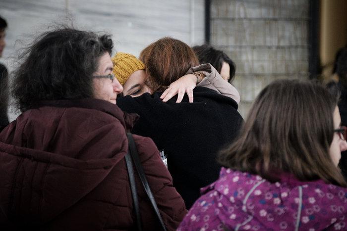 Θάνος Μικρούτσικος: Συντετριμμένη η σύζυγός του -λαϊκό προσκύνημα [εικόνες] - εικόνα 4