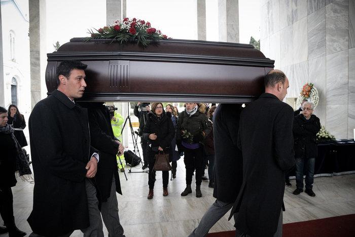 Θάνος Μικρούτσικος: Συντετριμμένη η σύζυγός του -λαϊκό προσκύνημα [εικόνες] - εικόνα 5