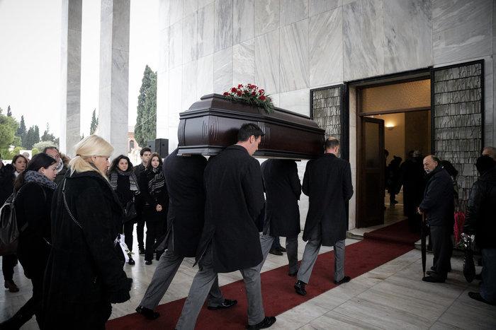 Θάνος Μικρούτσικος: Συντετριμμένη η σύζυγός του -λαϊκό προσκύνημα [εικόνες] - εικόνα 6