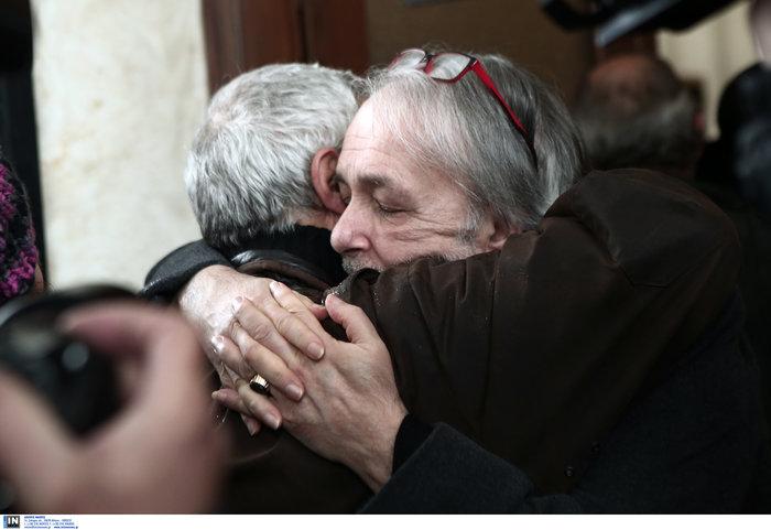 Το τελευταίο αντίο στον Θάνο Μικρούτσικο από το Α Νεκροταφείο