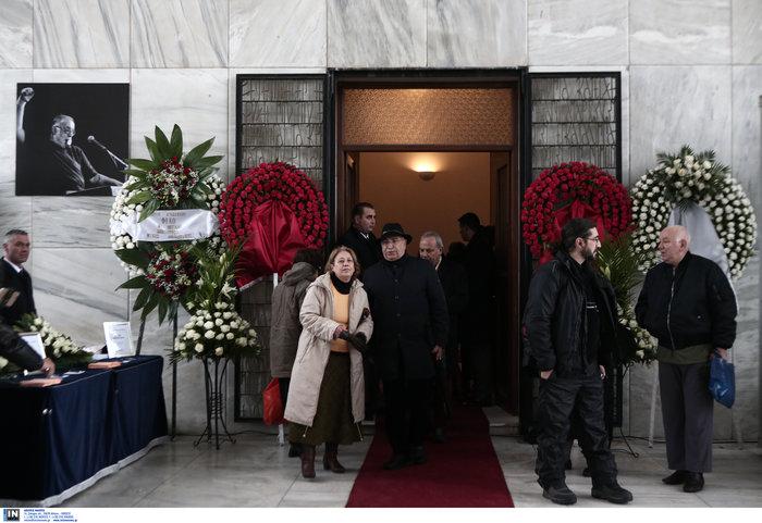 Το τελευταίο αντίο στον Θάνο Μικρούτσικο από το Α Νεκροταφείο - εικόνα 14