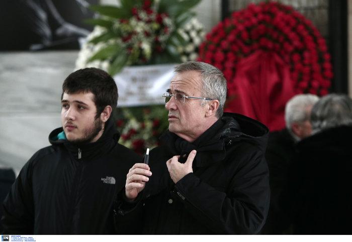 Το τελευταίο αντίο στον Θάνο Μικρούτσικο από το Α Νεκροταφείο - εικόνα 13