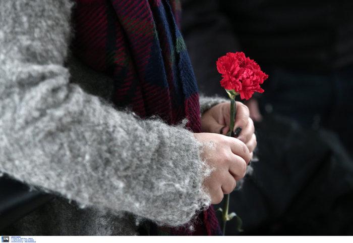 Το τελευταίο αντίο στον Θάνο Μικρούτσικο από το Α Νεκροταφείο - εικόνα 12