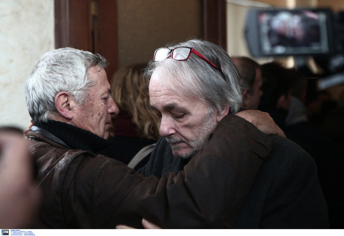 Το τελευταίο αντίο στον Θάνο Μικρούτσικο από το Α Νεκροταφείο - εικόνα 3