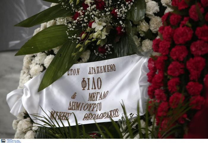Το τελευταίο αντίο στον Θάνο Μικρούτσικο από το Α Νεκροταφείο - εικόνα 15