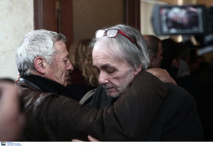 Θάνος Μικρούτσικος:Ράκος ο Ανδρέας Μικρούτσικος στην κηδεία του αδελφού του