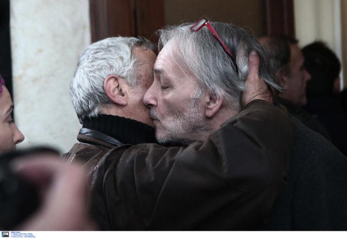 Θάνος Μικρούτσικος:Ράκος ο Ανδρέας Μικρούτσικος στην κηδεία του αδελφού του - εικόνα 2