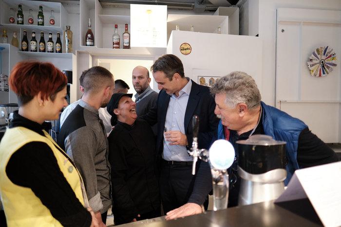 Ο Μητσοτάκης στη «Σχεδία» με τον σεφ Λαζάρου & δημοσιογράφους - εικόνα 2