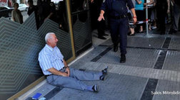 Economist: Στις φωτογραφίες της 10ετίας ο Έλληνας συνταξιούχος που κλαίει