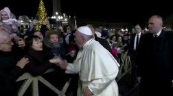 Οργισμένη αντίδραση του Πάπα σε πιστή που πήγε να τον ρίξει