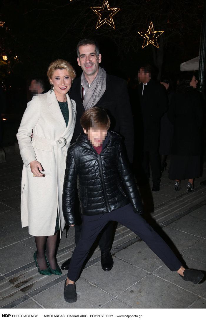 Σία Κοσιώνη: Λαμπερή με λευκό παλτό μαζί με τον Μπακογιάννη και τον γιο του - εικόνα 3