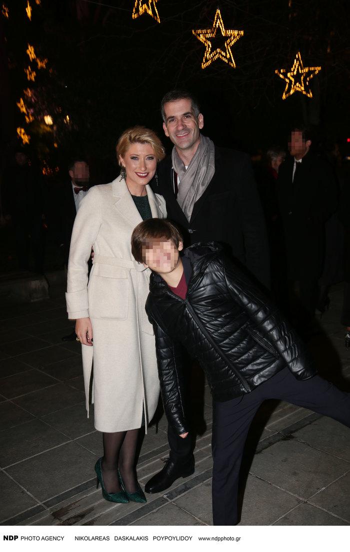 Σία Κοσιώνη: Λαμπερή με λευκό παλτό μαζί με τον Μπακογιάννη και τον γιο του - εικόνα 6