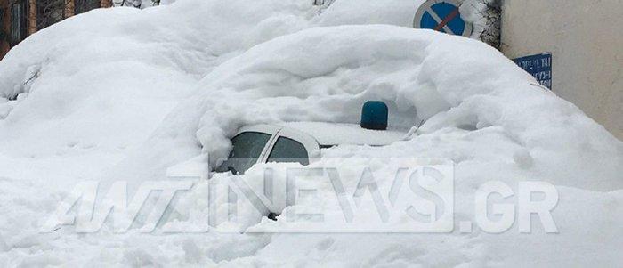 Τα Βίλια θάφτηκαν στο χιόνι - Φαίνεται μόνο ο φάρος περιπολικού [εικόνες] - εικόνα 2