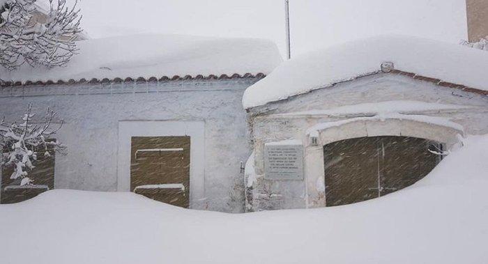 Τα Βίλια θάφτηκαν στο χιόνι - Φαίνεται μόνο ο φάρος περιπολικού [εικόνες]
