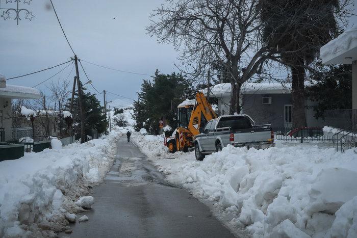 Τα Βίλια θάφτηκαν στο χιόνι - Φαίνεται μόνο ο φάρος περιπολικού [εικόνες] - εικόνα 3
