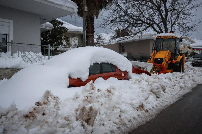 Τα Βίλια θάφτηκαν στο χιόνι - Φαίνεται μόνο ο φάρος περιπολικού [εικόνες] - εικόνα 4