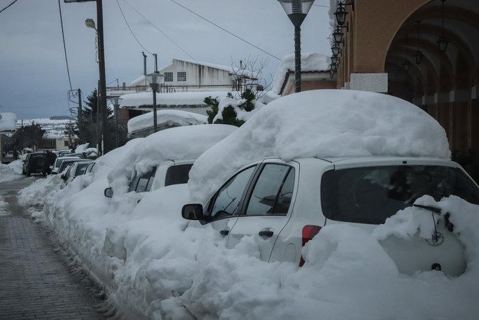 Τα Βίλια θάφτηκαν στο χιόνι - Φαίνεται μόνο ο φάρος περιπολικού [εικόνες] - εικόνα 5