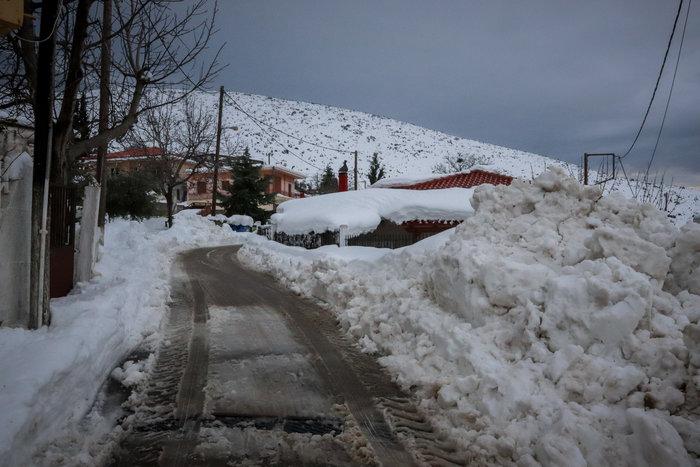 Τα Βίλια θάφτηκαν στο χιόνι - Φαίνεται μόνο ο φάρος περιπολικού [εικόνες] - εικόνα 6