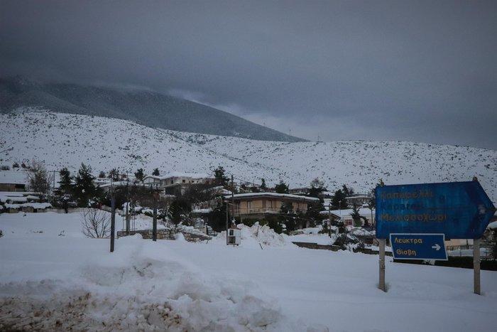 Τα Βίλια θάφτηκαν στο χιόνι - Φαίνεται μόνο ο φάρος περιπολικού [εικόνες] - εικόνα 7
