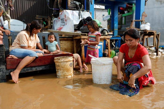 Εικόνες - σοκ στην Ινδονησία από τις πλημμύρες με 21 νεκρούς