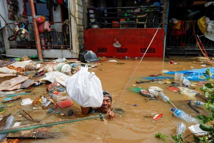 Εικόνες - σοκ στην Ινδονησία από τις πλημμύρες με 21 νεκρούς - εικόνα 2