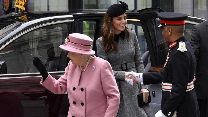 Η βασίλισσα θαυμάζει την Κέιτ: Η ήρεμη δύναμη και η σκληρή δουλειά