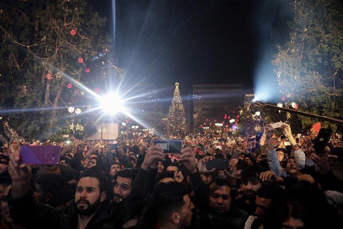 Χιλιάδες κόσμου συγκεντώθηκαν στην πλατεία Συντάγματος για την παραμονή της Πρωτοχρονιάς