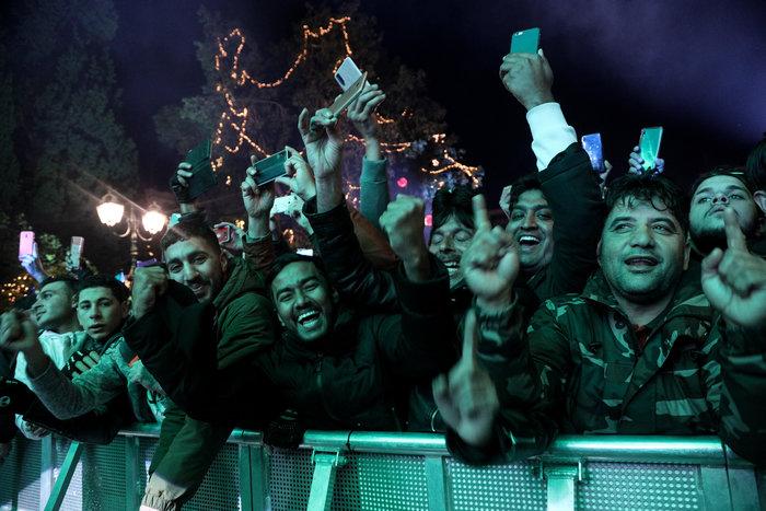 Χαμός με τις φωτό από το Σύνταγμα την Πρωτοχρονιά- Μόνο άντρες μετανάστες - εικόνα 2