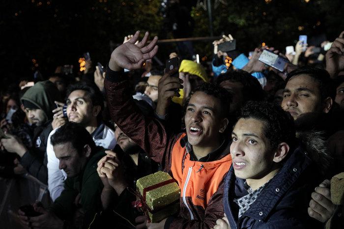 Χαμός με τις φωτό από το Σύνταγμα την Πρωτοχρονιά- Μόνο άντρες μετανάστες - εικόνα 4