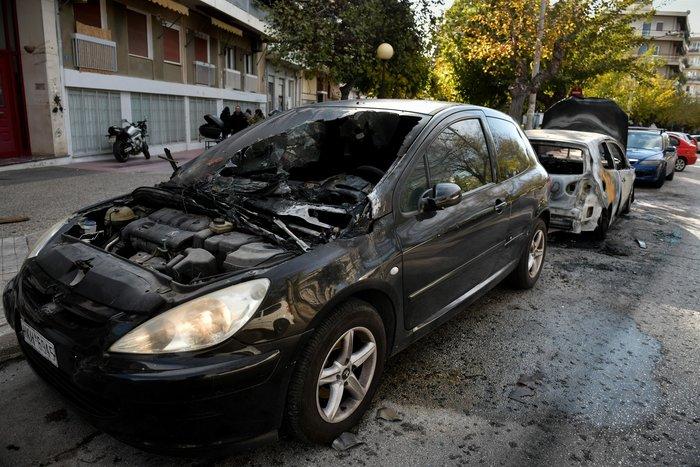 Φωτιά σε δύο αυτοκίνητα στα Άνω Πετράλωνα - εικόνα 2