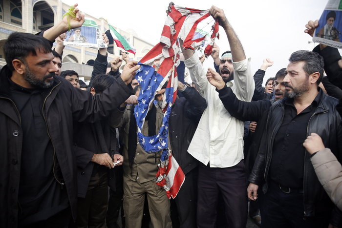 Χιλιάδες Ιρανοί διαμαρτύρονται για την εκτέλεση Σουλεϊμανί [βίντεο] - εικόνα 2