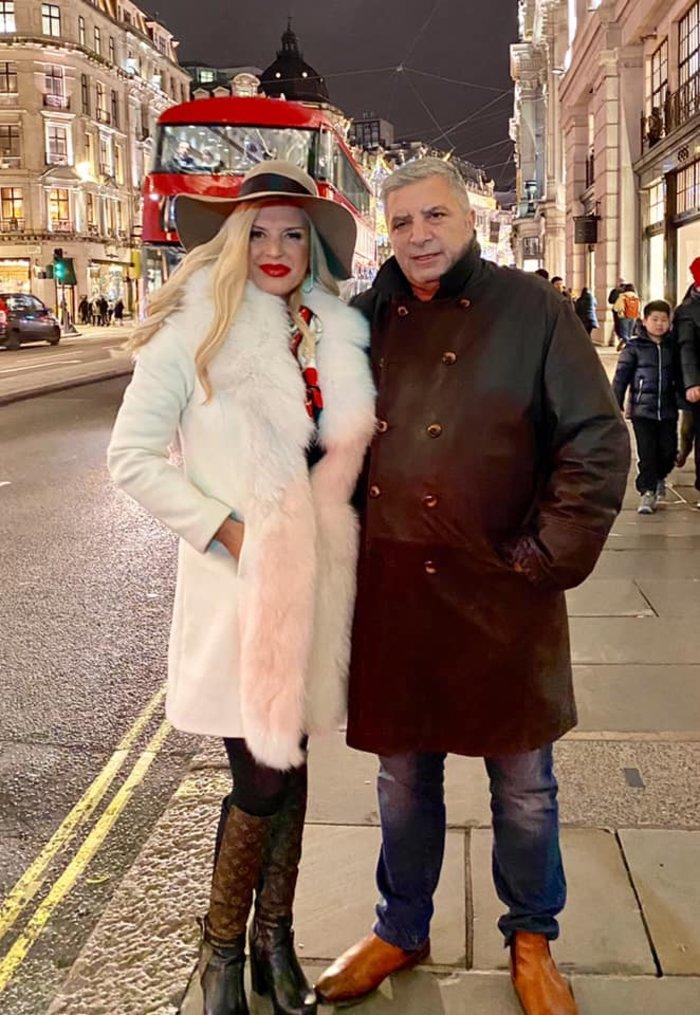 Η Μαρίνα Πατούλη με άσπρη γούνα και μπότες LV στους δρόμους του Λονδίνου