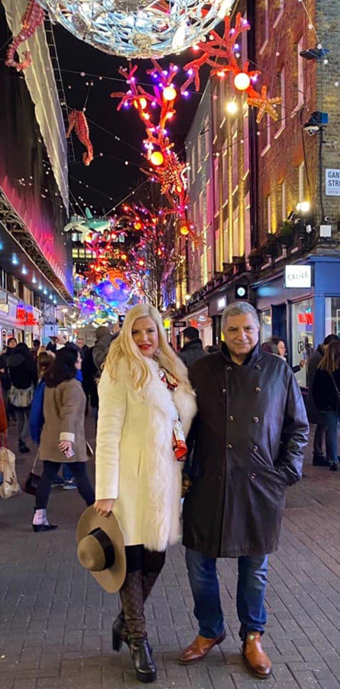 Η Μαρίνα Πατούλη με άσπρη γούνα και μπότες LV στους δρόμους του Λονδίνου - εικόνα 2